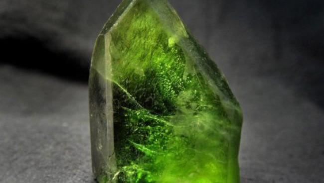 Хризолит — таинственный камень для дома