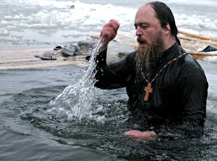 батюшка в крещеной воде