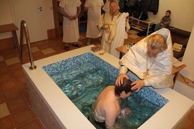 крестят взрослого мужчину