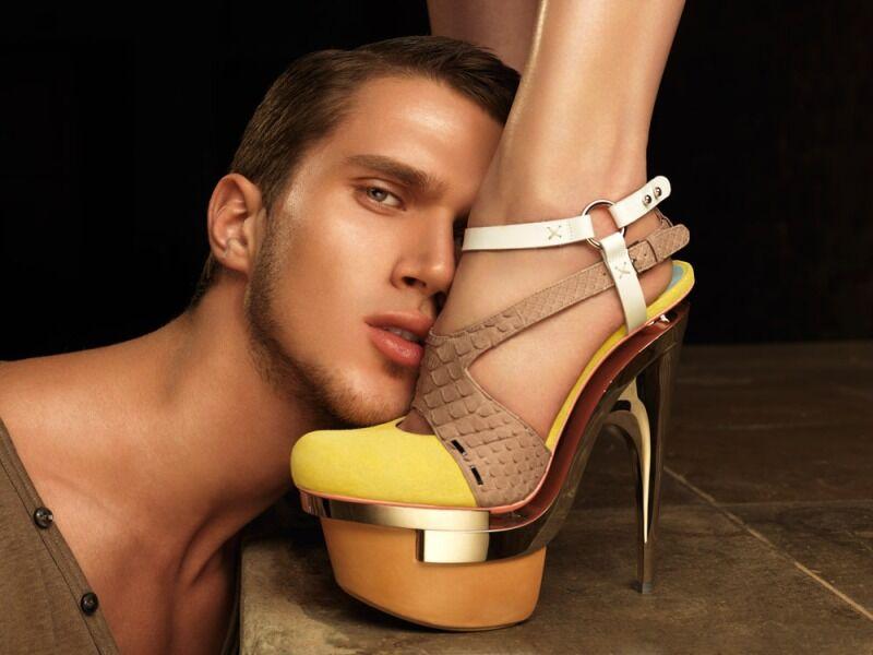 мужчина у ног