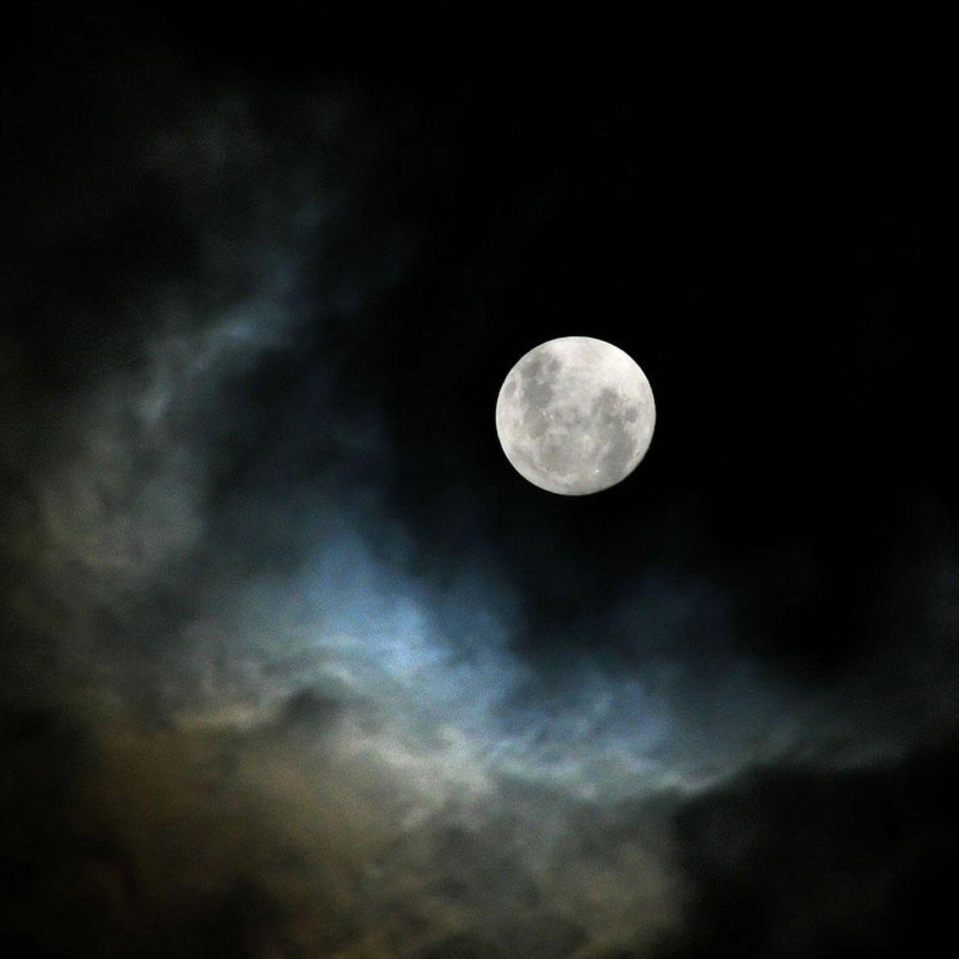 девушка сидит на луне