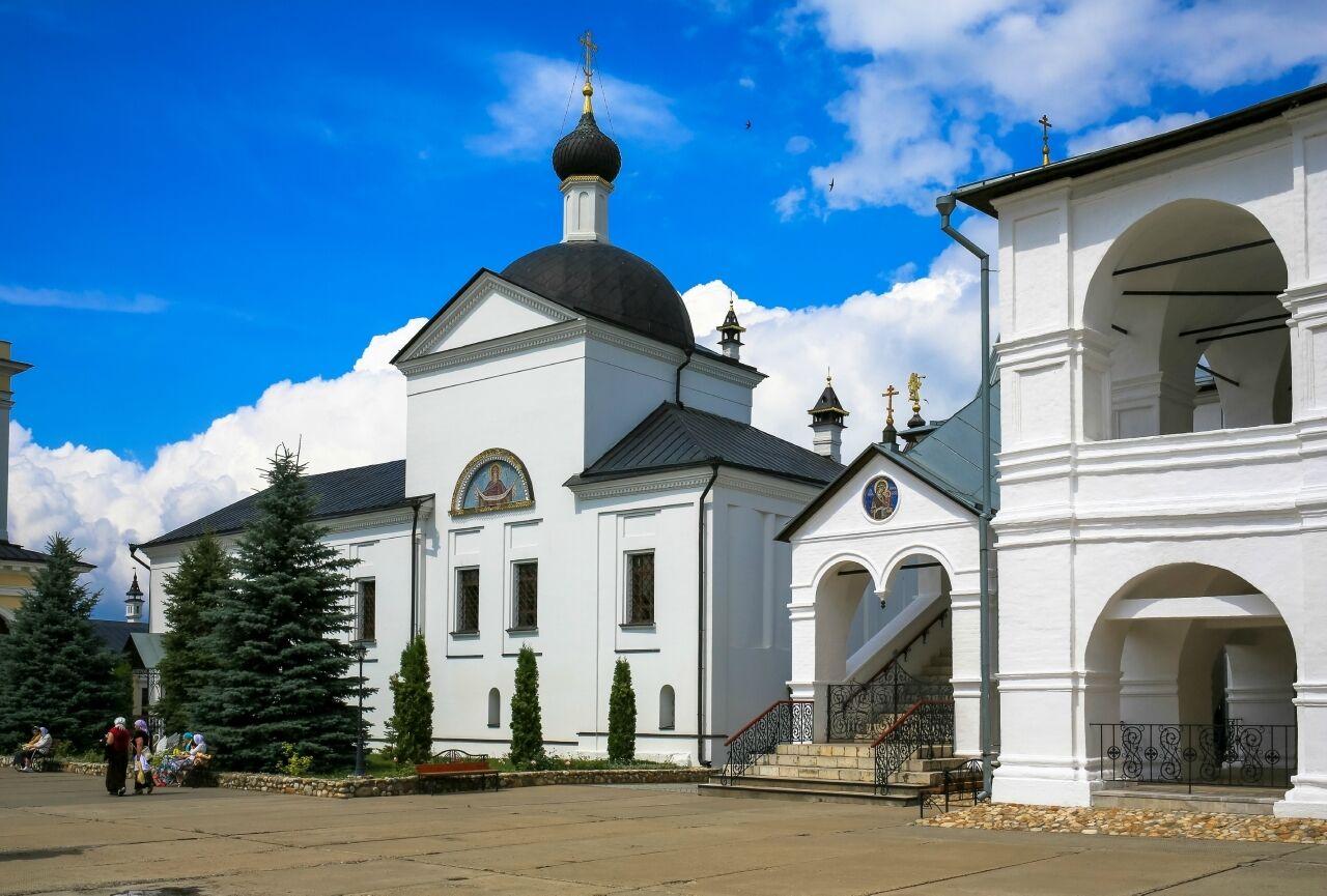 Покровский храм Высоцкого монастыря в Серпухове
