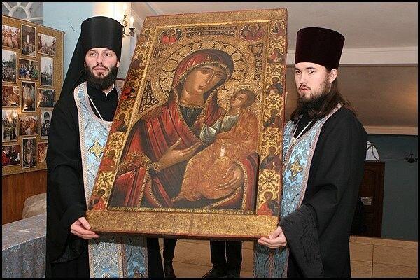 Монахи несут чудотворный образ