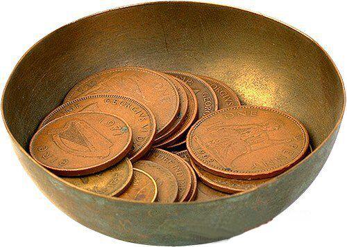 Положить монеты в мисочку по одной