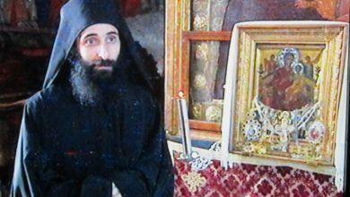 Священнослужитель рядом с образом Всецарица