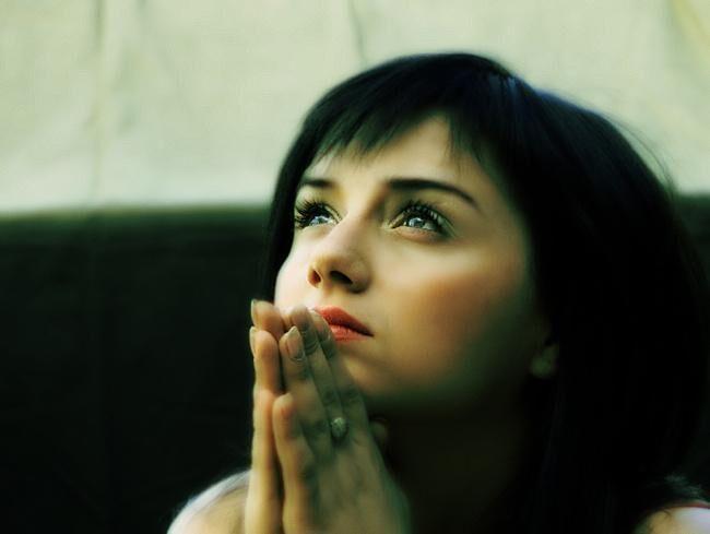 девочка читает молитву
