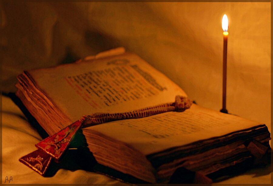 Ритуальная книга и свеча