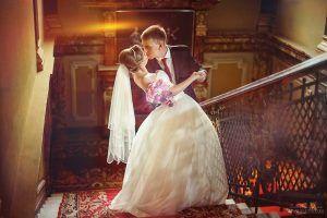 Муж и невеста на лестнице
